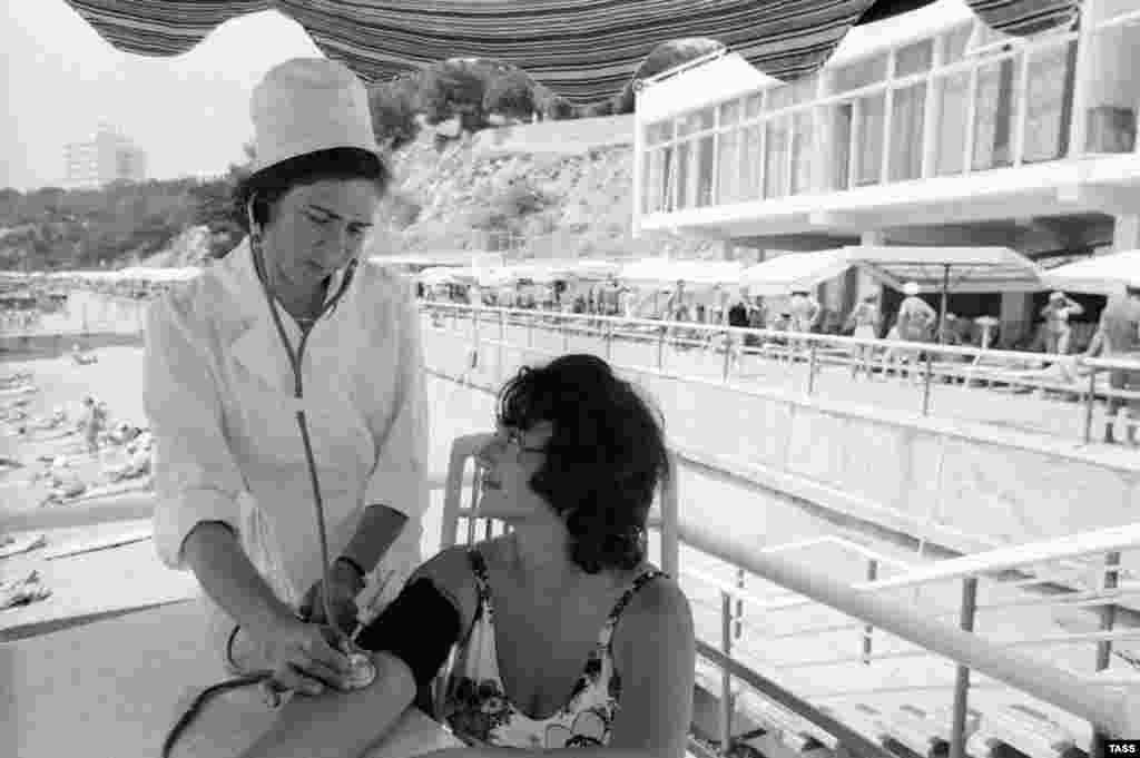 A beachside nurse at the Ukraina sanatorium perfoms a check-up on a vacationer from Kabardino-Balkaria in 1977.