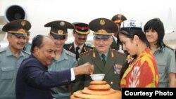 Министры обороны Индии и Таджикистана в аэропорту Душанбе.