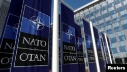 Баннеры с логотипом НАТО.