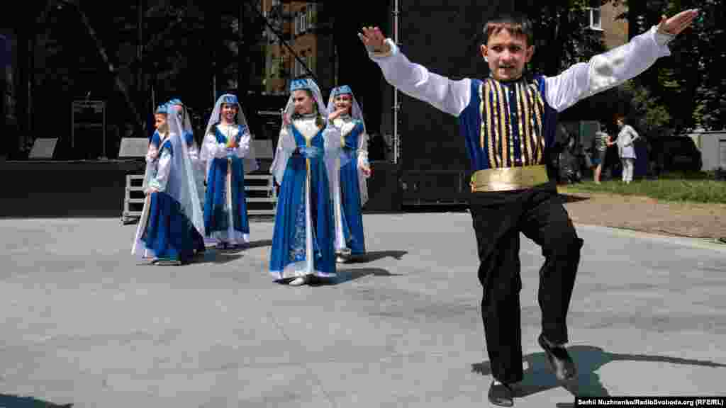 Дитячий ансамбль культурно-освітнього центру «Кримська родина» виконує кримськотатарський танець «Хайтарма»