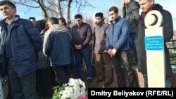 У места, где похоронен председатель Исламского комитета России Гейдар Джемаль. Алматы, 6 декабря 2016 года.