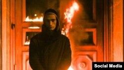 Петр Павленский у горящих дверей здания ФСБ