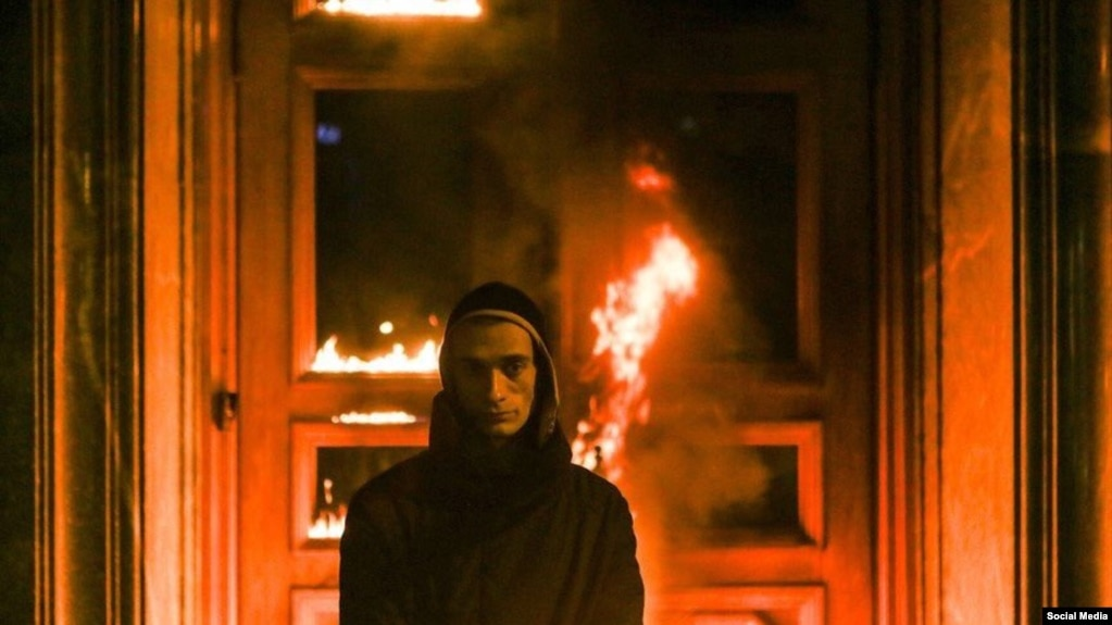Shock performance artist Pyotr Pavlensky stands in front of the burning door of Moscow\u0027s FSB building & Russian Protest Artist Sets Fire To Door Of Security Services HQ