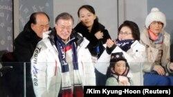Түштүк Кореянын президенти Мун Чже ин жубайы менен жана Түндүк Кореянын лидери Ким Чен Ындын карындашы Олимпиаданын ачылышында. Пхенчхан, 9-март, 2018-жыл.