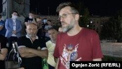 Srđan Nogo na protestu ispred Skupštine Srbije u Beogradu, 9. jul 2020.