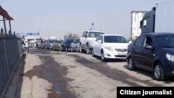 Ўзбек-қозоқ чегарасидаги узундан-узун навбатнинг 25 сентябрь кунги манзараси.