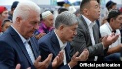 Кыргызстандын президенти Алмазбек Атамбаев жыл сайын айт намазга калтырбай катышып келет.