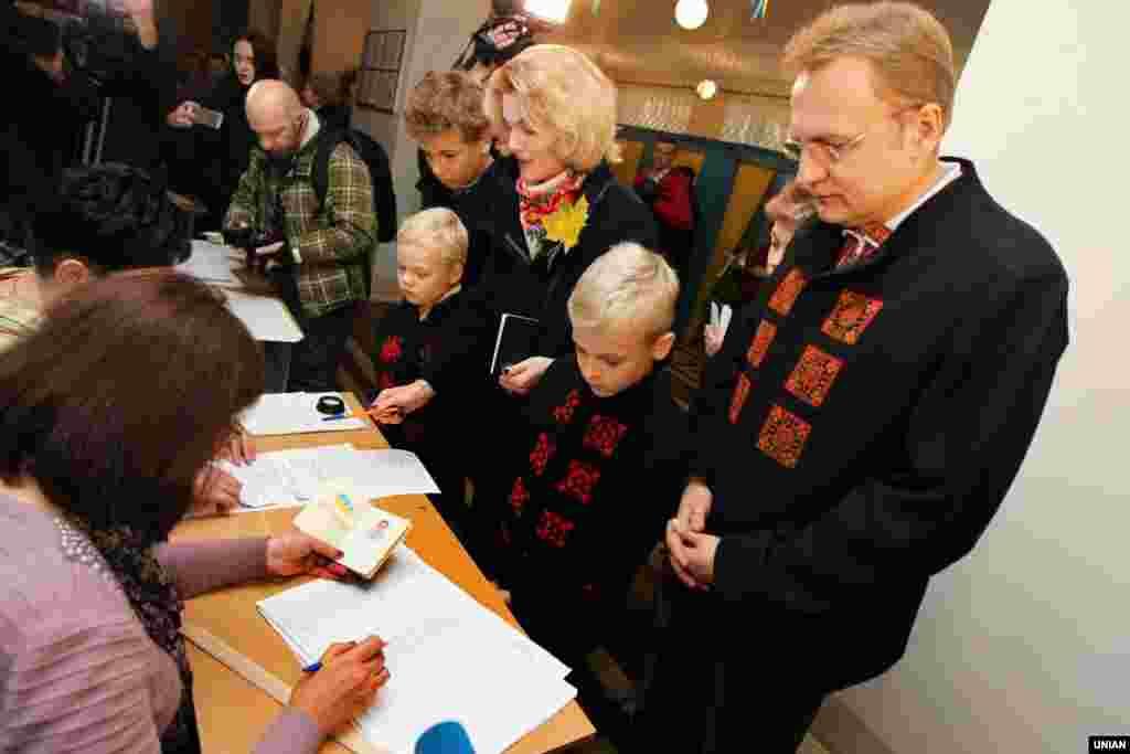 Міський голова Львова Андрій Садовий разом з дружиною Катериною та дітьми під час голосування на одній з виборчих дільниць у Львові. 25 жовтня 2015 року