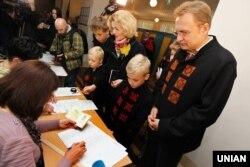 Міський голова Львова Андрій Садовий з дружиною Катериною та дітьми під час голосування на одній з виборчих дільниць у Львові. 25 жовтня 2015 року