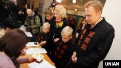 Андрій Садовий з родиною на виборчій дільниці, Львів, 25 жовтня 2015 року