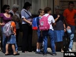 Đaci ispred jedne od sarajevskih škola, foto: Midhat Poturović
