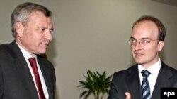 Generalni sekretar NATO-a Jaap de Hoop Scheffer u razgovoru sa makedonskim ministrom spoljnih poslova Antoniom Milošoskim tokom posete Makedoniji, 21. april 2008.