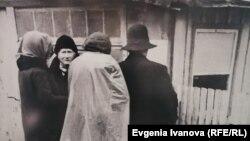 Кранц (Зеленоградск) қаласында тұратын немістер совет әскери комендантының бұйрығын оқып тұр. 1945 жылы түсірілген сурет.