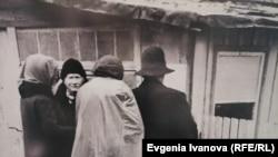 Немцы в городе Кранц (Зеленоградск) читают объявление советского коменданта, 1945 г.
