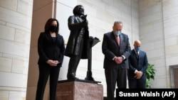 Сенаторы США Камала Харрис (слева) и Кори Букер (справа) вместе с лидером сенатского меньшинства сенатором Чаком Шумером во время молитвы на Капитолийском холме.
