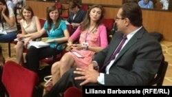 După opt ore de dezbateri parlamentare, Marian Lupu (PD) s-a alăturat la un moment dat jurnaliștilor, Chișinău, 12 iulie 2013.
