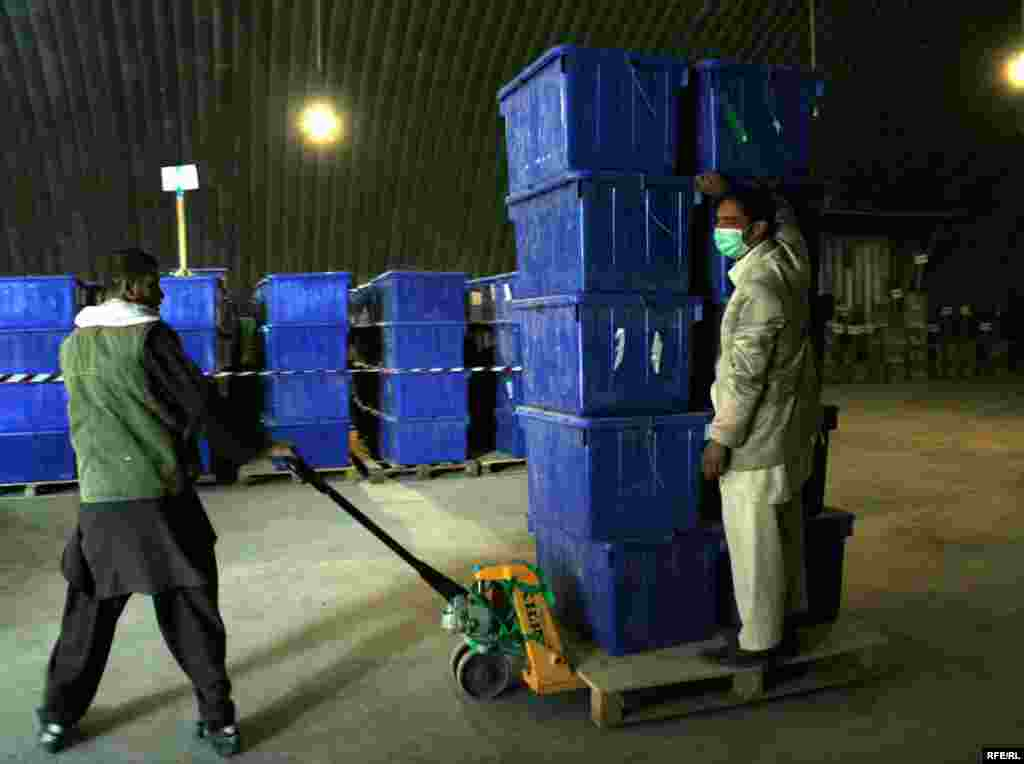 Afganistan - Kabul - Radnici prenose kutije sa glasačkim listićima u Kabulu.