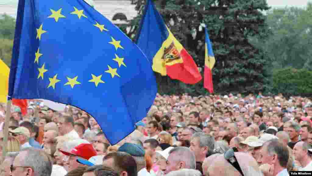 Наразылық жиынына қатысушылардың қолында Молдова мемлекеттік туымен қатар Еуропа Одағының туы да болды. Кишинев, 6 қыркүйек 2015 жыл.