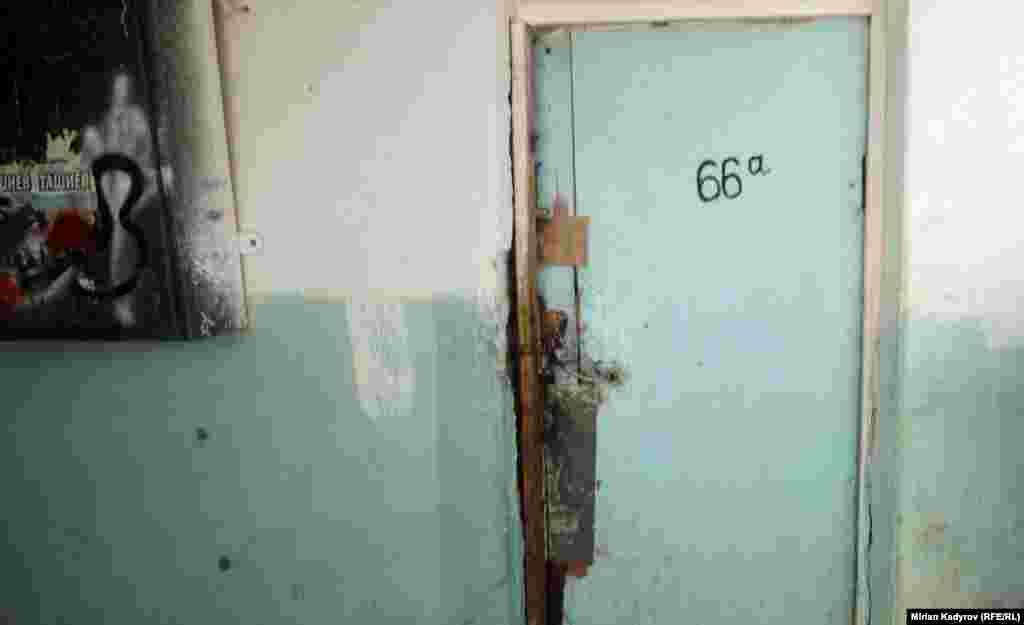 Отдельные малообеспеченные семьи продали выделенные им квартиры за 100 тысяч сомов . Некоторые семьи арендуют комнаты за 1 тысячу сомов в месяц.