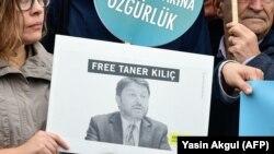 Протест пред судот во Истанбул каде што треба да им се суди на активистите за човекови права, обвинети за тероризам