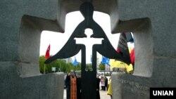 Памятный знак жертвам голодомора в Киеве
