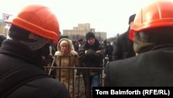 """Харьковтегі """"Еуромайданды"""" жақтаушылар мен оған қарсылар бір-бірімен айтысып тұр. 25 ақпан, 2014 жыл."""