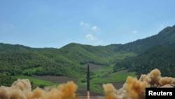 "Demirgazyk Koreýa ""Hwasong-14"" raketasynyň 2800 kilometr belentlige uçup, 39 minutdan soňra ýetmeli ýerine ýetendigini habar berdi."