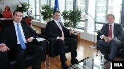Премиерот Никола Груевски, министерот за надворешни работи Никола Попоски и еврокомесарот Штефан Филе, Брисел, Белгија, 25.10.2013.