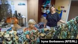 Мария Подыбайло в цехе по изготовлению маскировочных сеток