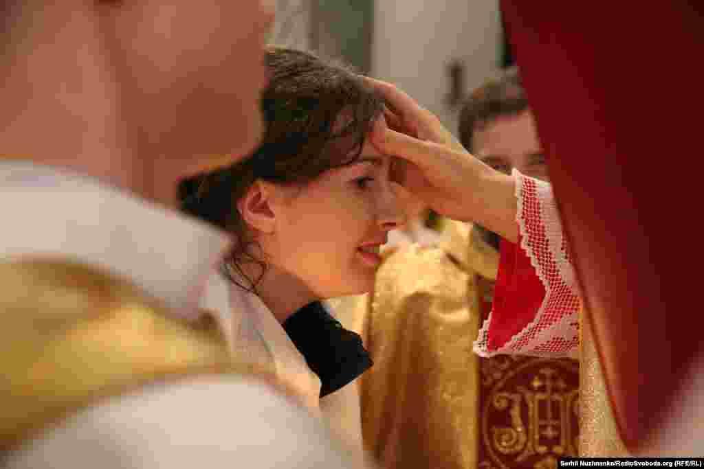 Апостольський Нунцій в Україні Його Високопреосвященство Архієпископ Клаудіо Гуджеротті проводить миропомазання хрещених Катехуменів
