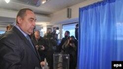 """Luqansk """"xalq respublikası""""nın lideri Igor Plotnitskiy səs verir."""
