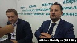 Генеральный директор чешской компании Liglass Trading CZ Михаэль Смелик (справа) на пресс-конференции в Бишкеке. 18 сентября 2017 года.