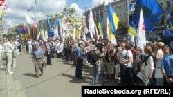Харьковта украин активистлары ана телләрен яклап, яңа канунга каршылык белдереп урамга чыкты