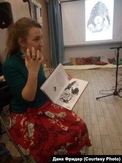 """Книгу """"Папуша"""" держит в руках ее иллюстратор Нюся Красовицкая"""