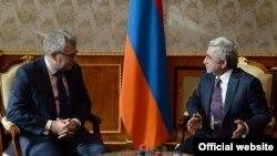 Президент Армении Серж Саргсян (справа) принимает вице-председателя Европарламента, члена Бюро ПА «Евранест» Ришарда Чарнецки, Ереван, 19 декабря 2014 г.