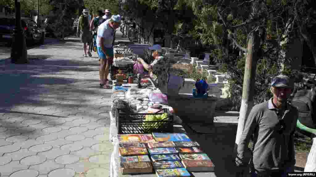 Блошиний ринок біля бюста Марії Князєвої