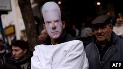 Волен Сидеров винаги успява да влезе в новините с конфронтационно поведение. На снимката е журналистът Найо Тицин с маска на Сидеров по време на антиправителствените протести през лятото на 2013 г.