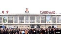 Нью-Йорк филармониясе әгъзалары Пхеньянның Сунан халыкара һава аланында