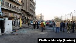 Сотрудники сил безопасности на месте атаки в Багдаде, 15 января 2018 года
