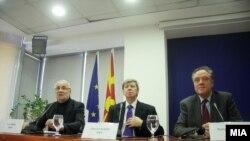 Maqedoni - Pamje nga konferenca për shtyp e eurodeputetëve Eduard Kukan, Richard Howitt dhe Ivo Vajgl në Shkup, 12Jan2016