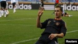Мирослав Клозе празднует гол в ворота сборной Аргентины