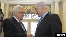 Israeli Prime Minister Binyamin Netanyahu (right) speaks with Palestinian Authority President Mahmud Abbas at the State Department in Washington on September 2.