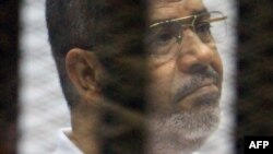 Свергнутый президент Египта Мухаммед Мурси на скамье подсудимых. Каир, 15 сентября 2014 года.