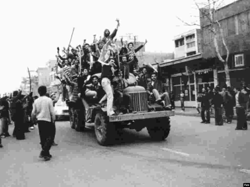 Тегеранцы приветствуют возвращение Хомейни из изгнания.