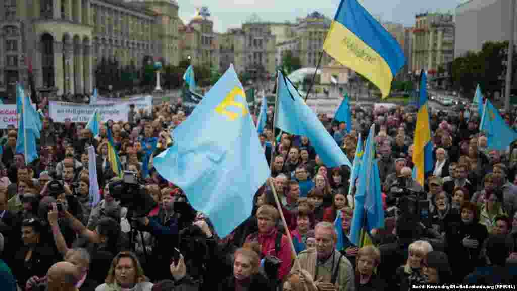 Близько тисячі українців зібралися на головній площі столиці. Серед них були як кримські татари і українці, так і представники інших національностей