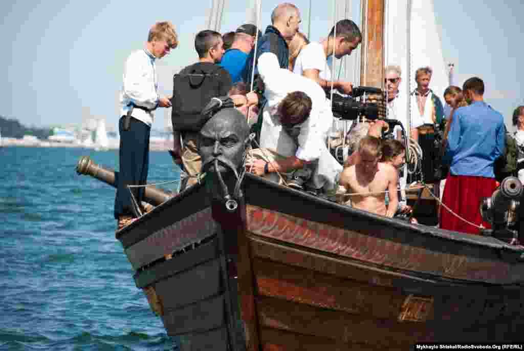 Нос лодки украшен казацкой головой. Викинги устанавливали на носу своих лодок голову драконов, а на западноевропейских судах часто ставили фигуры женщин. Матросы из экипажа «Спаса» шутят, что их казак даже умеет курить трубку