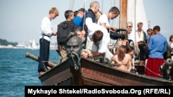 Ніс човна прикрашений козацькою головою. Матроси з екіпажу «Спасу» жартують, що їхній козак навіть вміє курити люльку