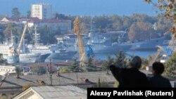 Вид с Малахова Кургана на российские военные корабли в порту Севастополя