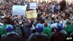Алжирдегі студенттер наразылығы. Олар президент Әбделазиз Бутефликаның сайлауға қатыспауын талап етті. 26 ақпан 2019 жыл.