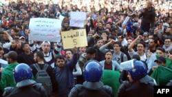 Studentler protest bildirýär.